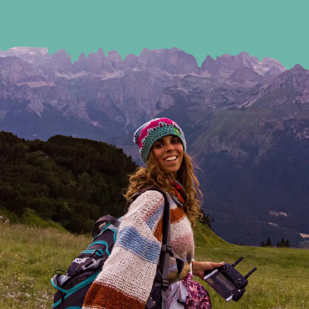 młoda dziewczyna w czapce z plecakiem na tle Alp